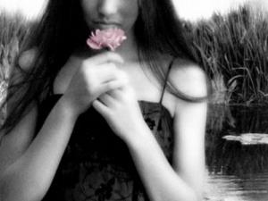 Donna con fiore.  poetidellaluce.freeforumzone.leonardo.it