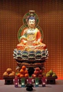 2615263-statua-di-buddha-nel-tempio-cinese-altare-con-offerte